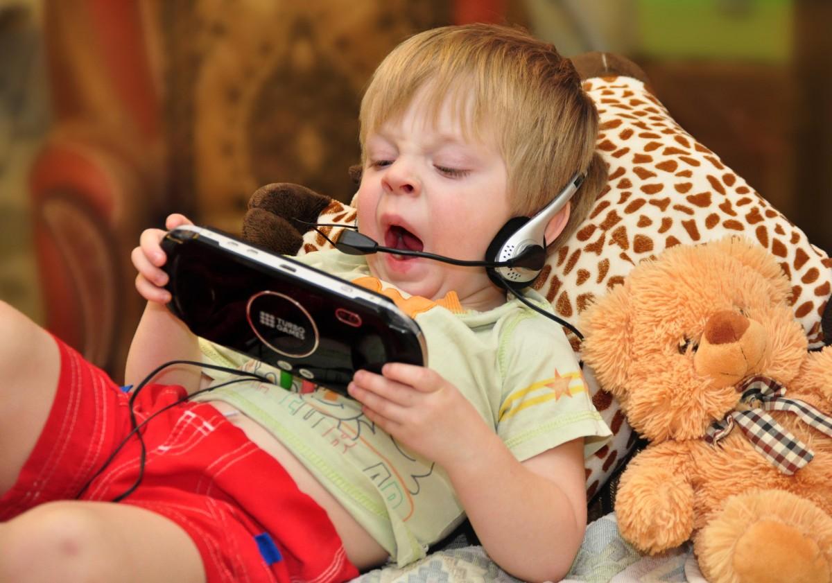 Ребенок с телефоном картинки для детей